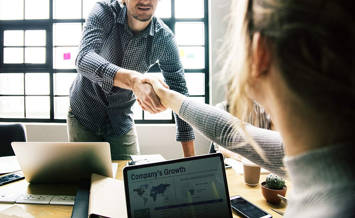 6 Reasons Why Your Sales Team Should Work with Your AR Team